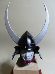 日本の武の美、正統派戦国ブランドのパイオニア【もののふ】-桃形兜銀泥塗脇立付